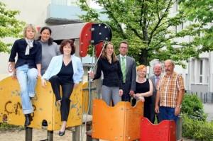 Oberbürgermeister Gregor Kathstede mit Krefelder Spielplatzpaten (Foto: Stadt Krefeld)