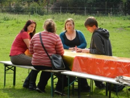 Farina Meurer (links) erläuterte den Vertretern der örtlichen Presse Hintergründe und Ziele des Projekts