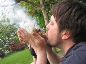 Geht gar nicht so einfach: Feuer machen mit Zunder (Foto: Feuerpädagogik e.V.)