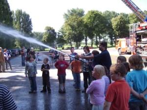 Die Feuerwehr zu Besuch auf dem Abenteuerspielplatz (Foto: ASP Monheim)