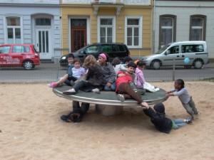 Noch eine Spende: Die Kinder freut's (Foto: Stadt Krefeld)