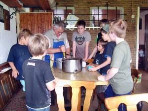 Jungens-Kochgruppe (Foto: ASP Monheim)